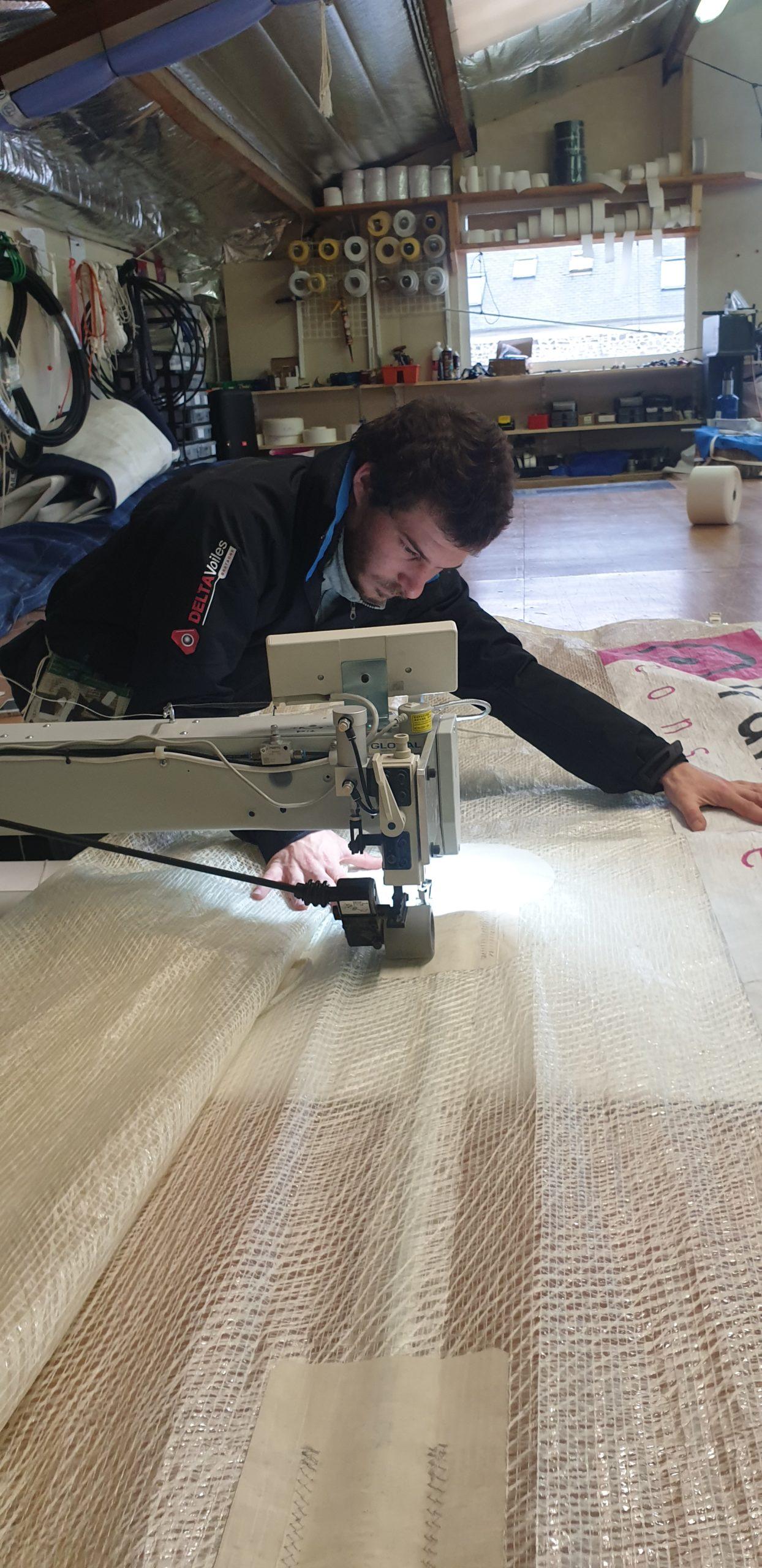 Réparation d'une voile avec la machine par Hugo