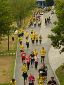 De nombreuses filles s'alignent au départ du 10 km.