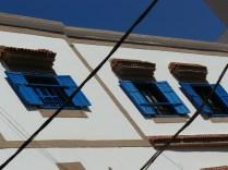 Vision typique d'Essaouira : murs blancs et volets bleus
