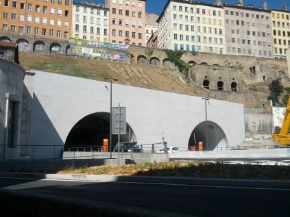A l'entrée du tunnel, un tube est réservé aux modes doux, l'autre aux voitures...