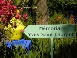 Un mémorial est consacré à Yves Saint-Laurent au sein du jardin.