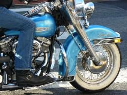En moto.