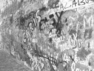 Le mur Lennon est devenu un véritable site touristique.