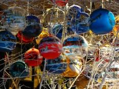 Des boules en verre faites à la main à acheter au marché.