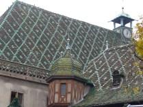 Le Koifhus est l'ancienne douane de Colmar. Son toit est recouvert de tuiles alsaciennes.