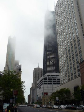 La Willis Tower s'élève dans la brume de Chicago.