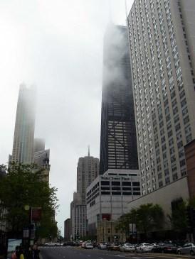 La Willis Tower s'élève dans la brume de Chicago.