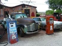 Seligman, ses vieilles voitures et ses stations essence.