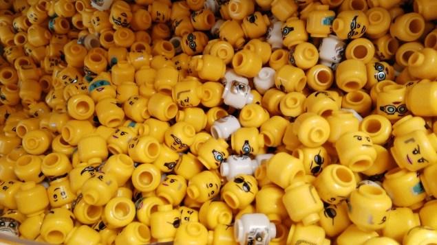 Des têtes de personnages Lego.