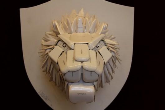 Un lion sculpté en... coques de téléphones portables !
