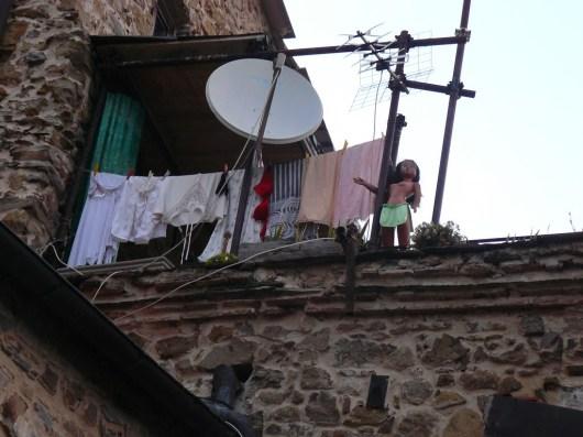 Dans le village.