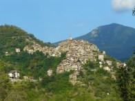 Un village accroché à la montagne.