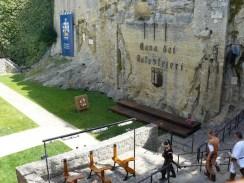 Dans la cité médiévale.