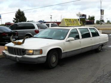 Une limousine atypique est garée devant le restaurant.