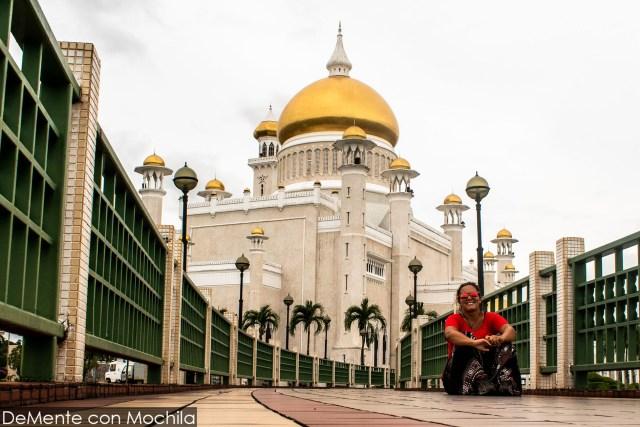En la pasarela de la Mezquita Omar Alí Saifuddin