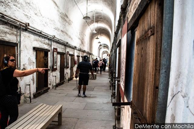 interior de uno de los bloques con otros visitantes a la cárcel.