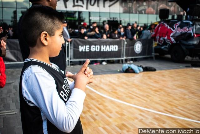 niño con la camiseta de Brooklyn esperando su turno para tirar