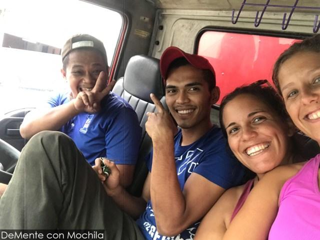 con los camioneros simpáticos que nos llevaron hasta Tampin
