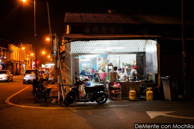 típico restaurante en una esquina de Melaka