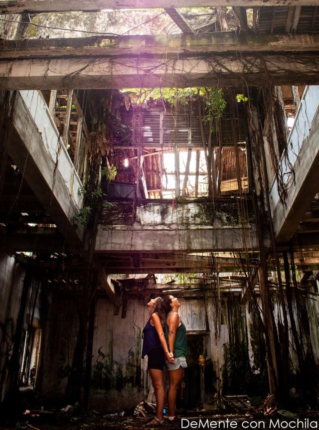 con Mer en una casa abandonada en Malasia