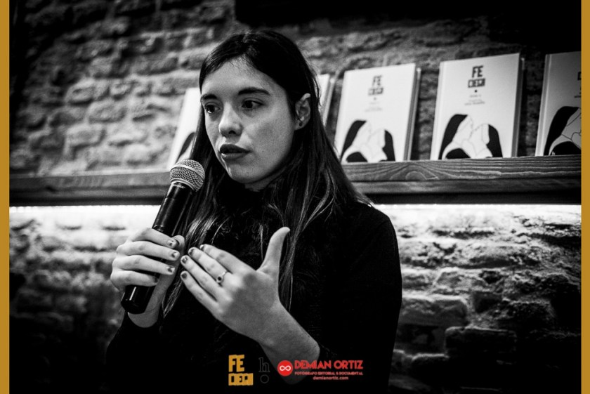 Harpo Libros | La poeta Luna Miguel presentadora del acto.