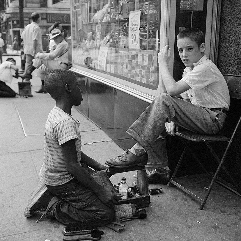 new york chicago street photography vivian maier 32 - Fotos perdidas de Vivian Maier do dia a dia americano nas décadas de 50 e 60