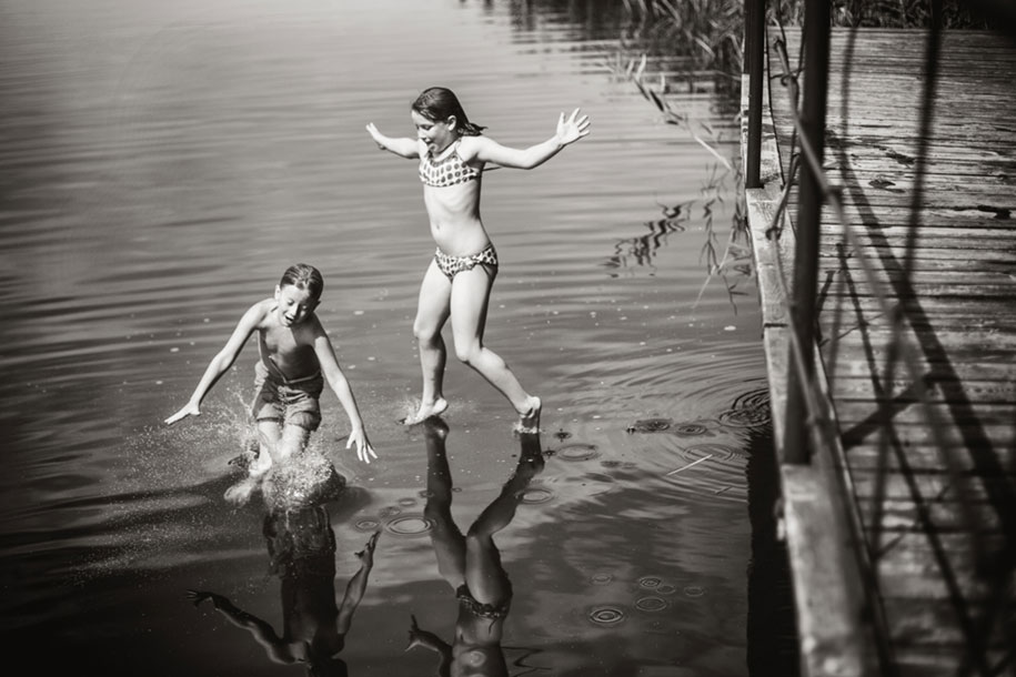 idyllic-summers-village-children-play-summertime-izabela-urbaniak-18