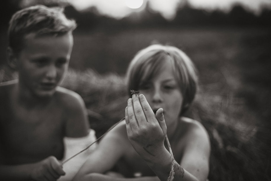 idyllic-summers-village-children-play-summertime-izabela-urbaniak-21