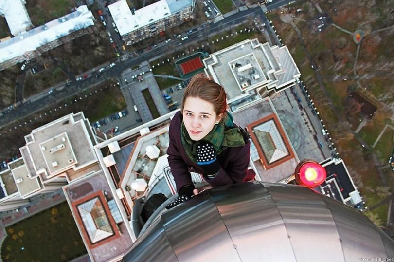 """risky dangerous selfies russia angela nikolau 56 - """"Eu rio na cara do perigo"""" Menina russa faz as selfies mais imprudentes"""