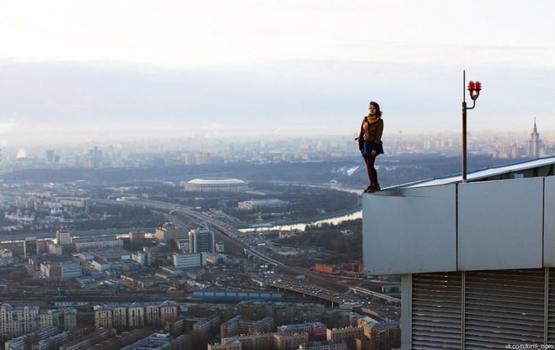 """risky dangerous selfies russia angela nikolau 57 - """"Eu rio na cara do perigo"""" Menina russa faz as selfies mais imprudentes"""