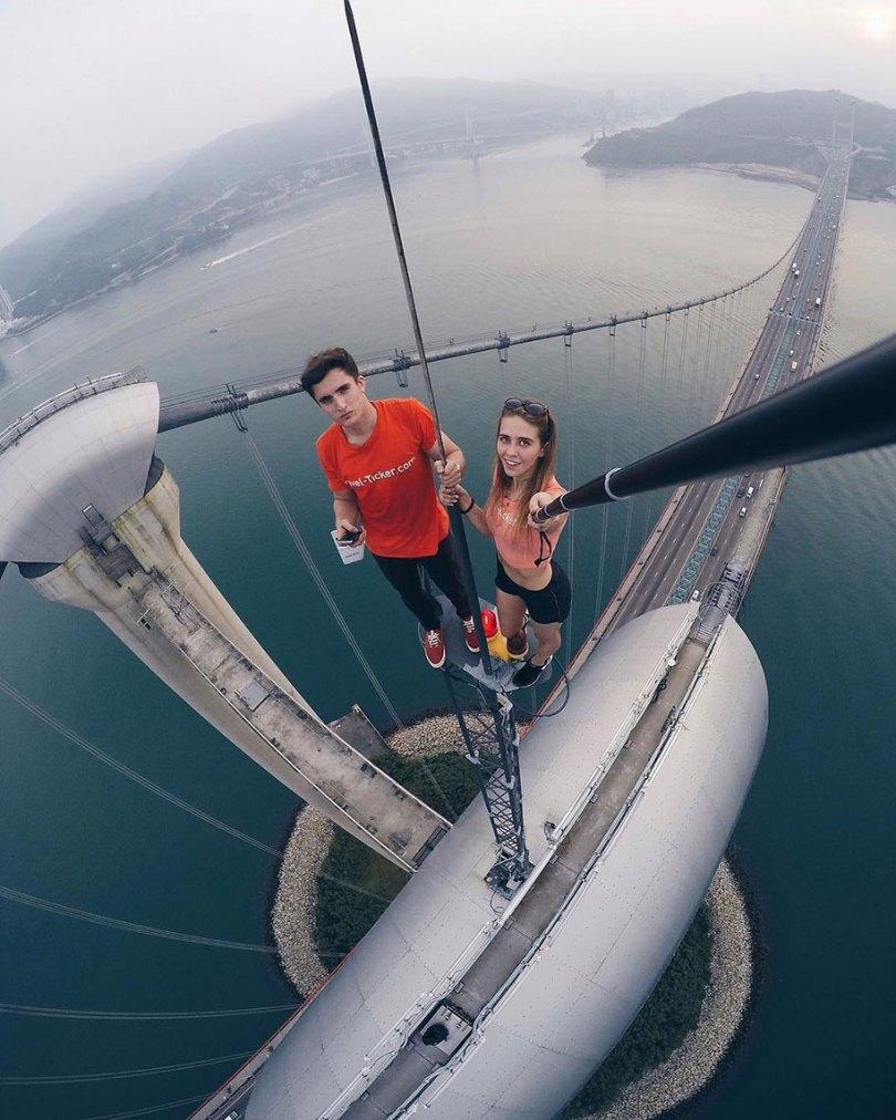 """risky dangerous selfies russia angela nikolau 6 - """"Eu rio na cara do perigo"""" Menina russa faz as selfies mais imprudentes"""
