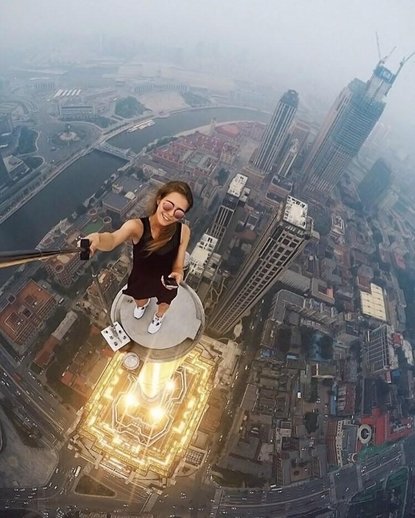 """risky dangerous selfies russia angela nikolau 8 - """"Eu rio na cara do perigo"""" Menina russa faz as selfies mais imprudentes"""