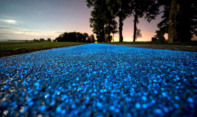 blue-glowing-bike-lane-tpa-instytut-badan-technicznych-poland-5 Polish Reinvent The Road Which Now Glows And Recharges From The Sun Technology