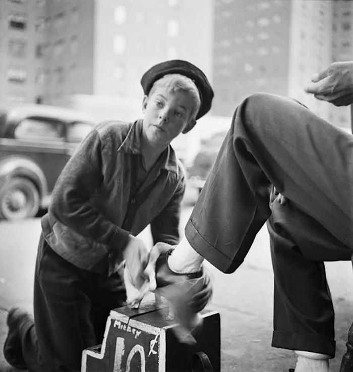 59ad11121aafa vintage photographs new york street life stanley kubrick 59a925d883b2d  700 - Fotos de Stanley Kubrick com 17 anos revela que ele sempre foi um gênio