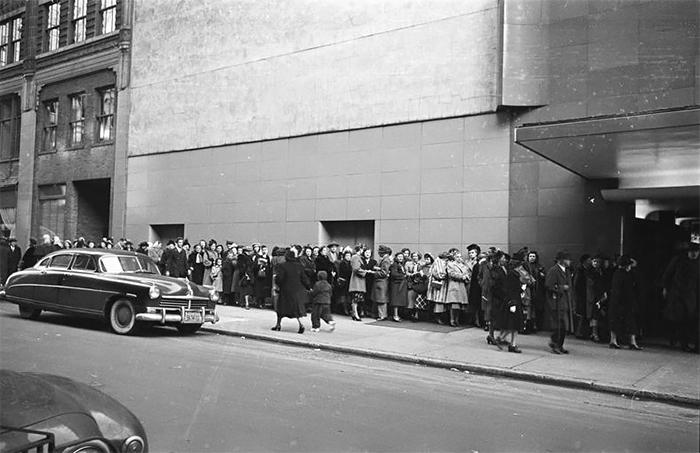 59ad111a78f0b vintage photographs new york street life stanley kubrick 05 59a947045a92f  700 - Fotos de Stanley Kubrick com 17 anos revela que ele sempre foi um gênio