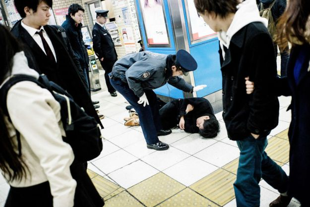59c2388f8873f-drunk-japanese-photography-lee-chapman-16-59c0c52404cb6__880 10+ Uncensored Photos Of Drunks In Japan Show The Nasty Side Of Alcohol Photography Random