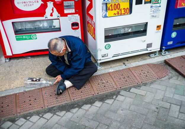 59c2389109183-drunk-japanese-photography-lee-chapman-9-59c0c5152a7fe__880 10+ Uncensored Photos Of Drunks In Japan Show The Nasty Side Of Alcohol Photography Random