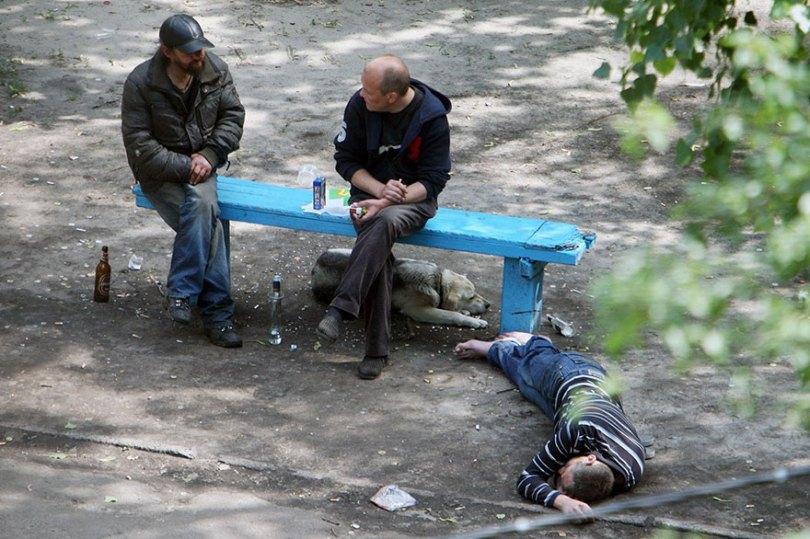 5a6edf4af3296 life on park bench photo series kiev ukraine yevhen kotenko 7 5a6add35d87f7  880 - Na mesma praça, no mesmo banco! Veja que inusitado...
