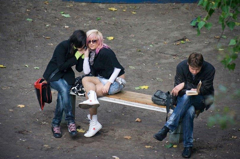 5a6edf4b5b1b3 life on park bench photo series kiev ukraine yevhen kotenko 9 5a6add42b5c60  880 - Na mesma praça, no mesmo banco! Veja que inusitado...