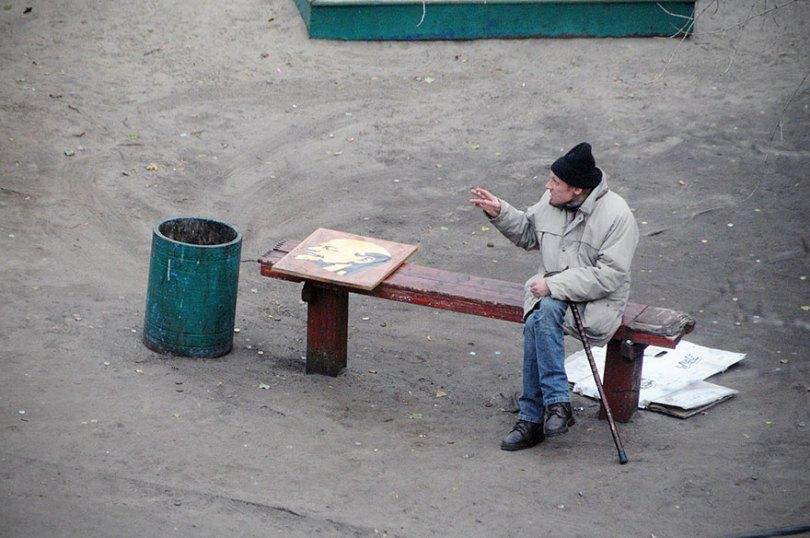 5a6edf4dd1bef life on park bench photo series kiev ukraine yevhen kotenko 6 5a6add8140334  880 - Na mesma praça, no mesmo banco! Veja que inusitado...