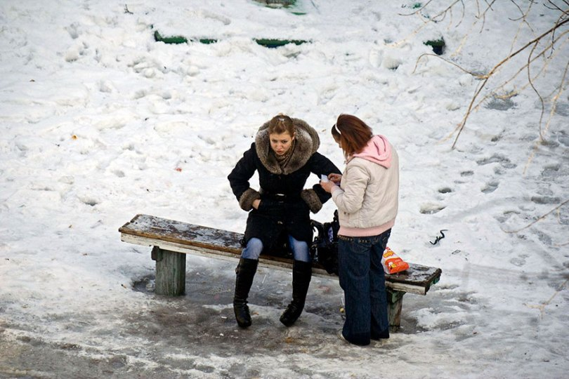 5a6edf4eed524 life on park bench photo series kiev ukraine yevhen kotenko 17 5a6add9a7c163  880 - Na mesma praça, no mesmo banco! Veja que inusitado...