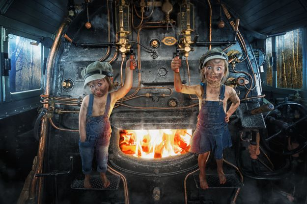 5a8ae4e96f532-My-profession-is-IT-but-my-passion-is-photography-and-3D-5a8536cd91593__880 Artist Makes Crazy Photo Manipulations With His Three Daughters And Son, And Here Are The Results Photography Random