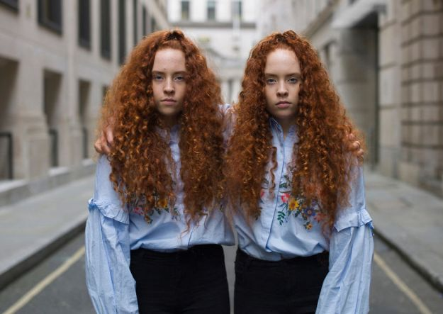 5abdf3cdad642-london-identical-twin-portraits-alike-but-not-like-peter-zelewski-19-5abb65e012f4e__880 Photographer Captures Identical Twins Next To Each Other To Show How Different They Actually Are Photography Random