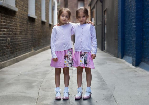 5abdf3ce20c9a-london-identical-twin-portraits-alike-but-not-like-peter-zelewski-11-5abb65d0ef27a__880 Photographer Captures Identical Twins Next To Each Other To Show How Different They Actually Are Photography Random