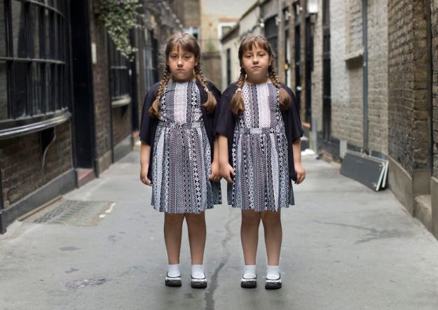 5abdf3d08a2dd-london-identical-twin-portraits-alike-but-not-like-peter-zelewski-15-5abb65d83ca5b__880 Photographer Captures Identical Twins Next To Each Other To Show How Different They Actually Are Photography Random