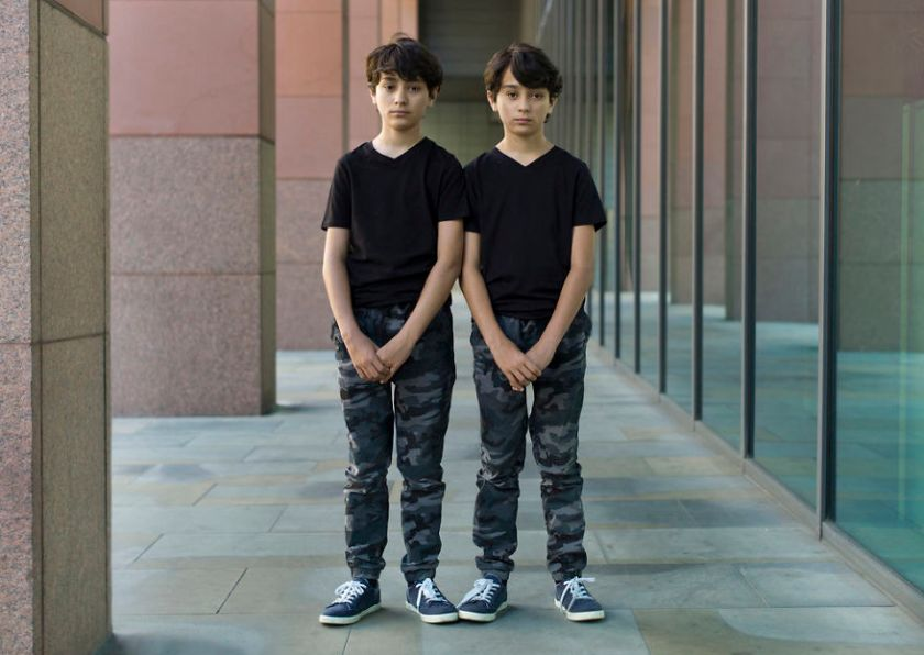 5abdf3d11ecdb-london-identical-twin-portraits-alike-but-not-like-peter-zelewski-16-5abb65da180a5__880 Photographer Captures Identical Twins Next To Each Other To Show How Different They Actually Are Photography Random