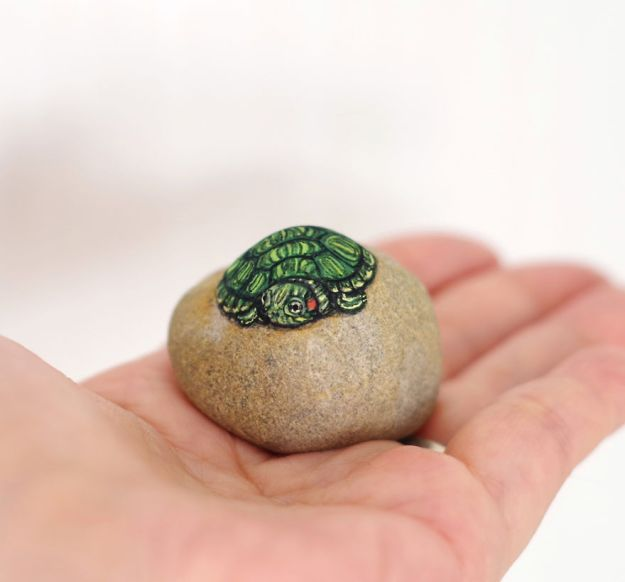 5ac1ef624d2ac-I-Want-To-Paint-The-Life-The-Living-Spirit-Of-The-Being-I-Feel-Inside-The-StoneVol2-5a929c4b26555__880 Artist Brings Stones To Life By Realistically Painting Animals On Them Art Random