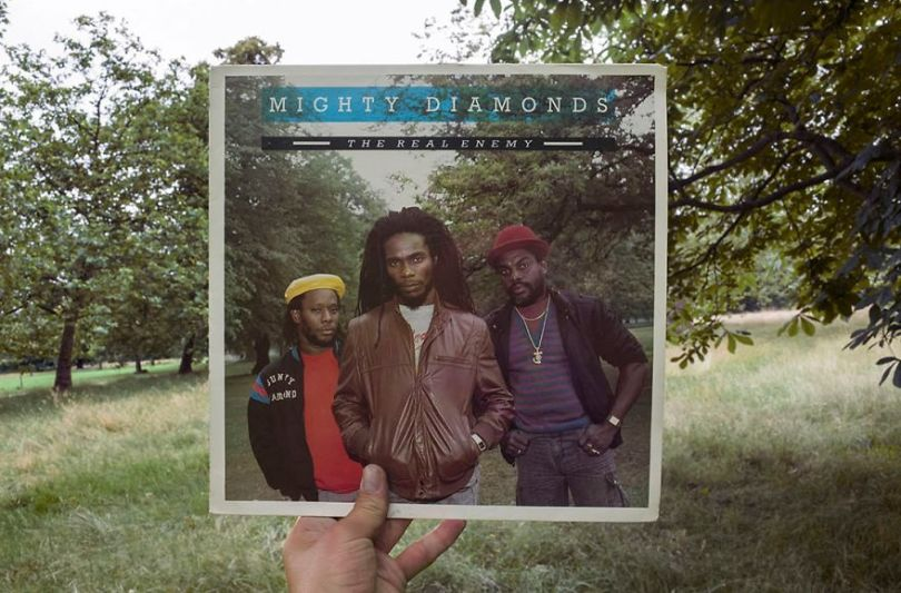 5accb88604755 Photographer does tour in London by registering the location of the iconic reggae vinyl album covers 5ac72bddb748d  880 - Fotógrafo passa 10 anos rastreando os locais originais das capas de vinil