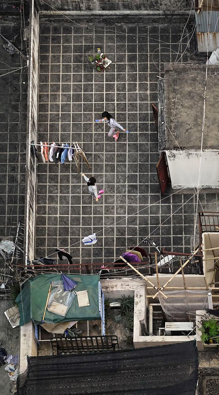 5ae2eb0b825ed Life in Pink and Grey 5adef8cf01760  700 - 12 coisas interessantes este fotógrafo capturado nos telhados de Hong Kong
