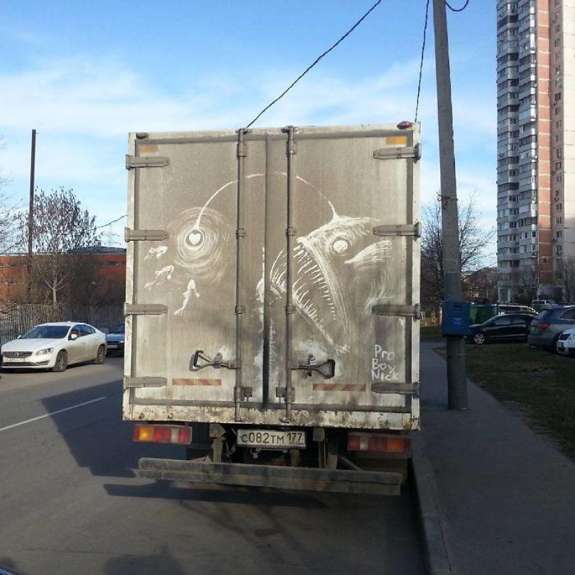 5b39dc0f9ec90 Russian artist continues to turn cars and dirty roads into art 5b3583425aa7e  700 - Não tem água para lavar seu carro? Ele tem a solução